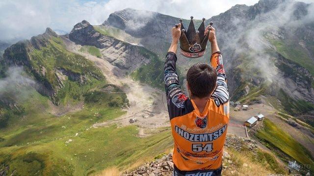 Победитель гонки по северокавказским горам недалеко от Сочи