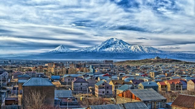 Снежная вершина Арарат над крышами армянского города