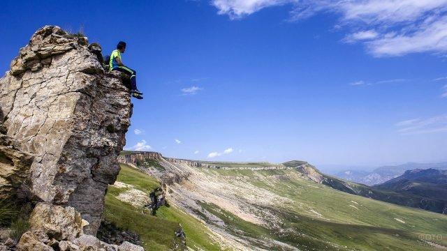 Турист на вершине Шунудаг в Кавказских горах Дагестана