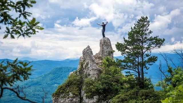 Турист на вершине скалы в горах Северного Кавказа республики Адыгея