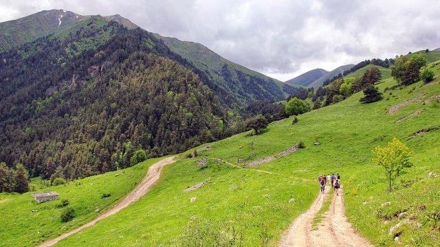 Туристы на дороге в Кавказские горы летом в Карачаево-Черкесии