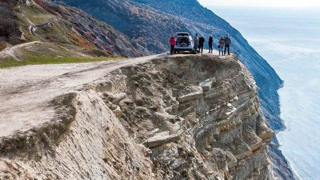 Туристы с автомобилем на площадке Лысой горы