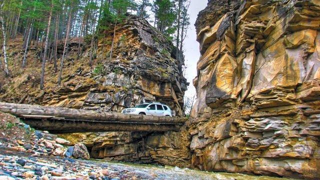 Внедорожник на переправе через реку в Кавказских горах Карачаево-Черкесии