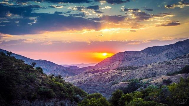 Закат над Хосовским каньоном в Армении