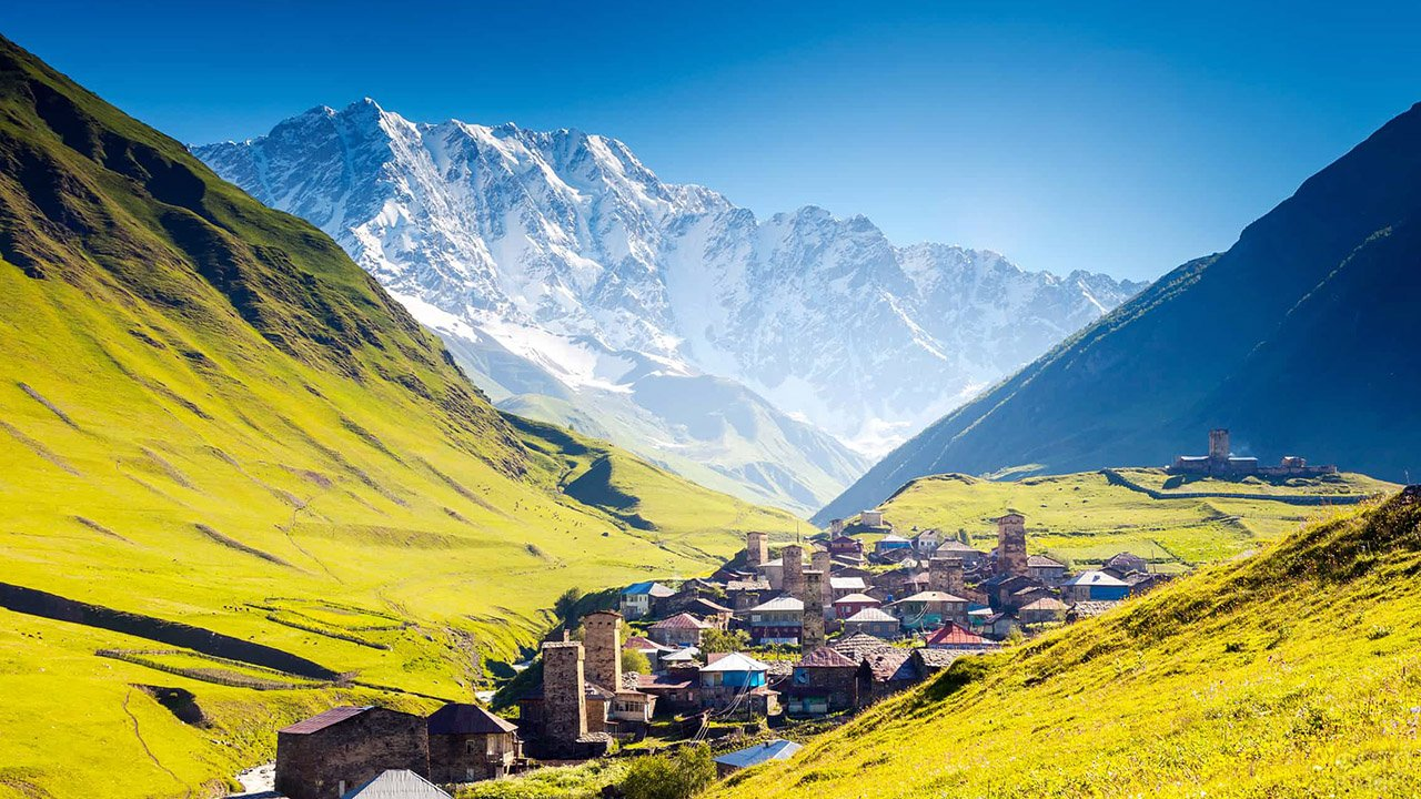 Живописная долина в горах Кавказа на территории Грузии
