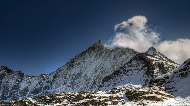 Зимний пейзаж среди Кавказских гор в Азербайджане