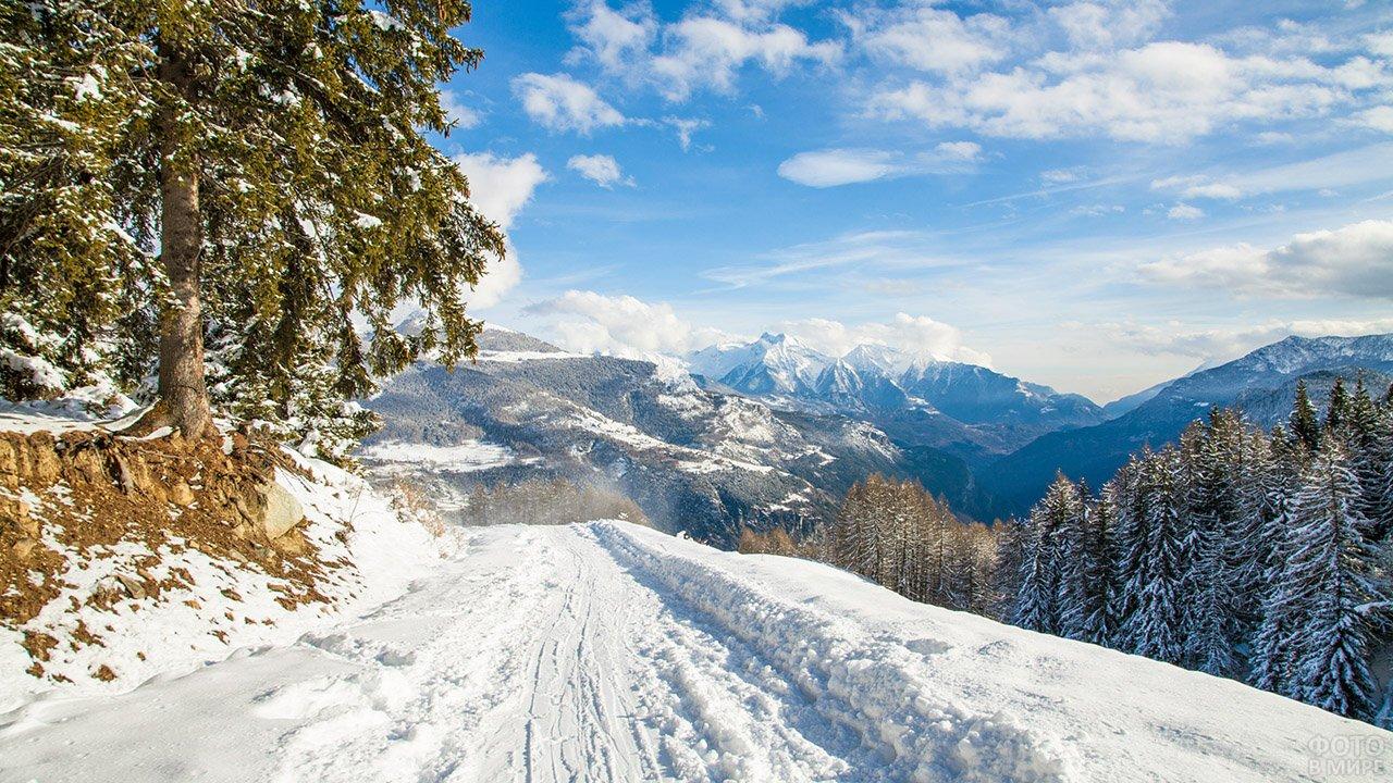 Зимняя дорога через Кавказские горы в Карачаево-Черкесии