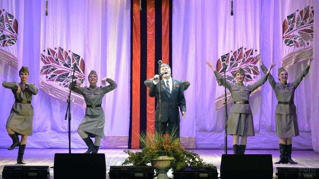Артисты на сцене ДК в День защитника Отечества