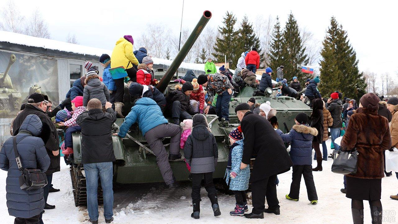 Дети и взрослые на 23 февраля в Центральном музее бронетанковой техники