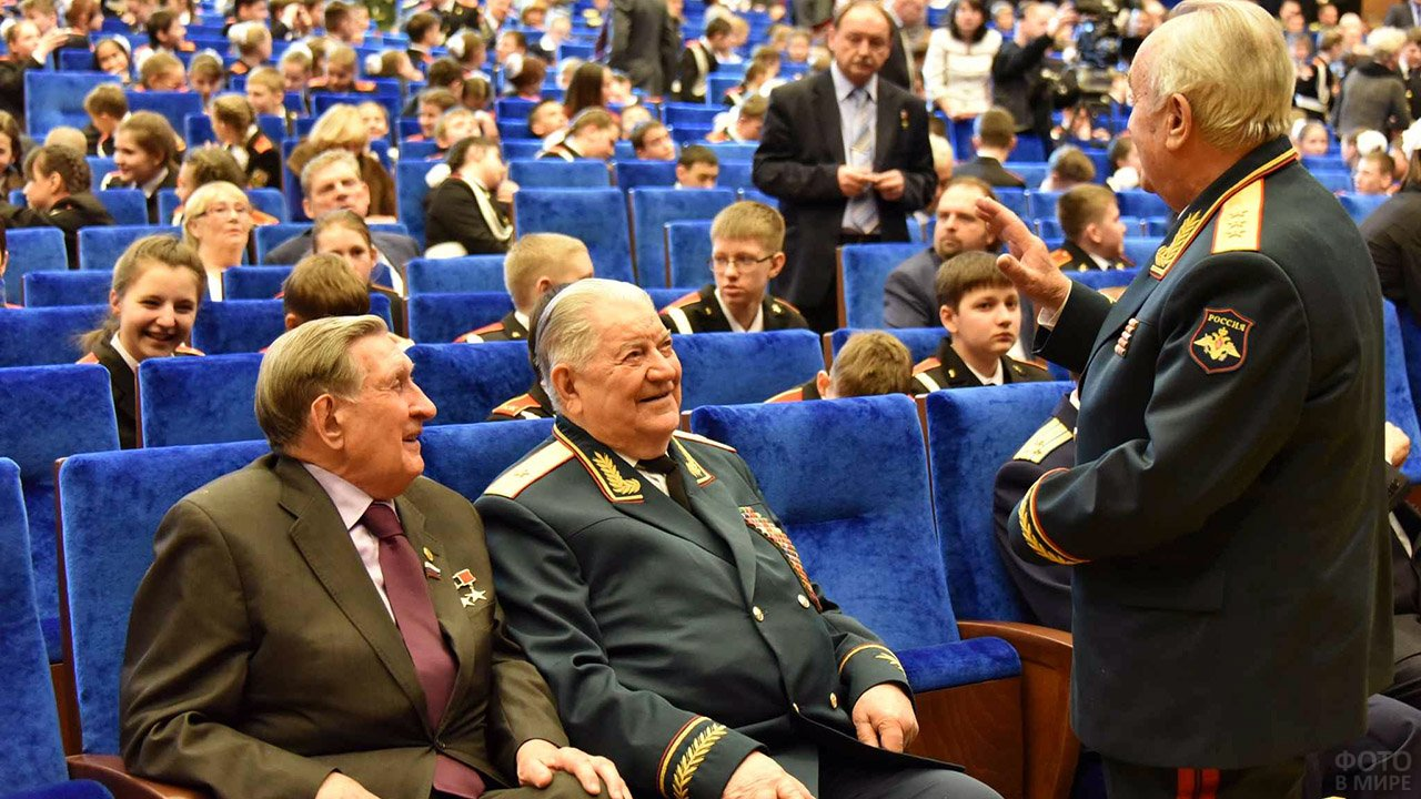 Кадеты и ветераны в зрительном зале на концерте в честь 23 февраля