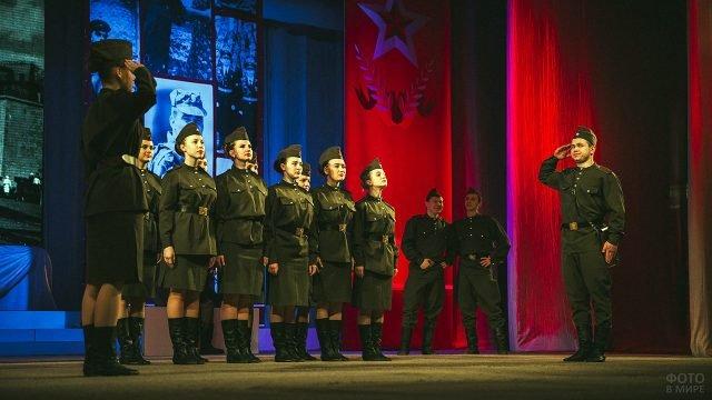 Костюмированное выступление хора на сцене 23 февраля