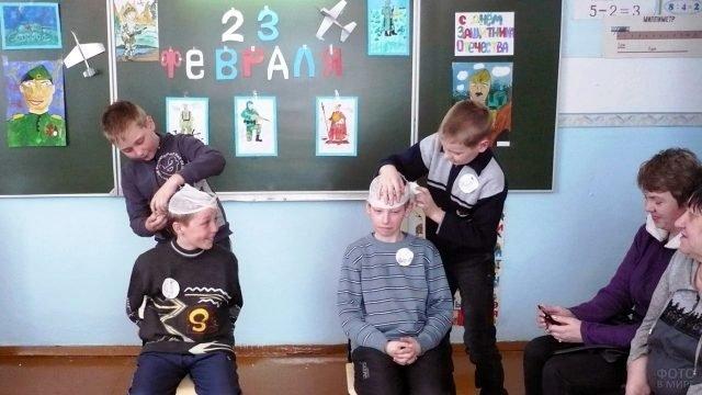 Мальчишки участвуют в конкурсе на 23 февраля