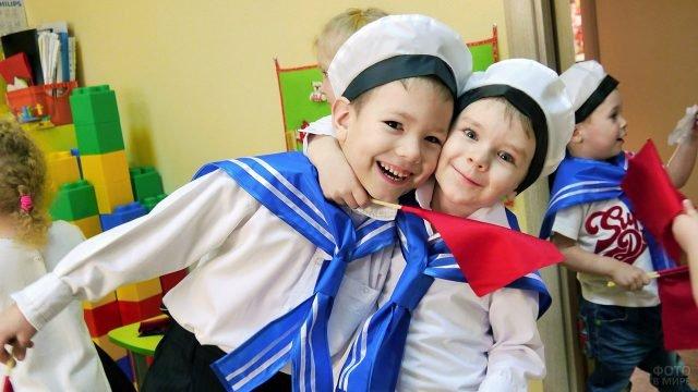 Мальчишки в матросках на утреннике в честь 23 февраля