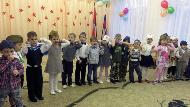 Малыши выступают на утреннике в честь 23 февраля