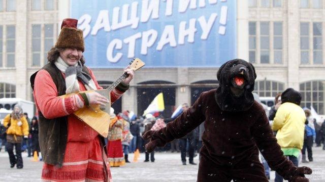 Ряженые аниматоры на уличном празднике в честь 23 февраля