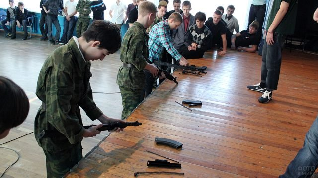 Школьники разбирают-собирают оружие на праздновании 23 февраля