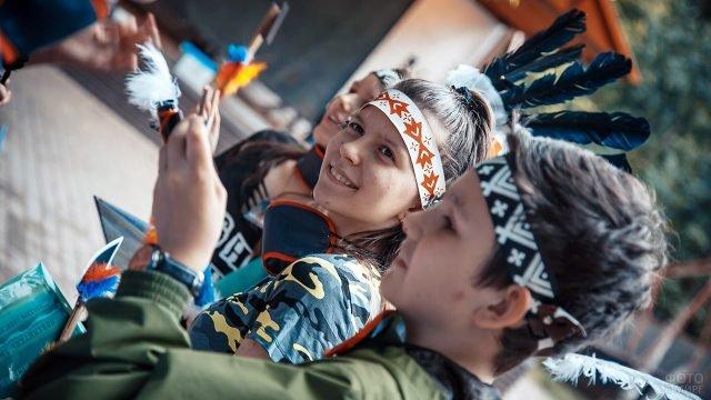Школьники в головных уборах индейцев на квесте в честь 23 февраля