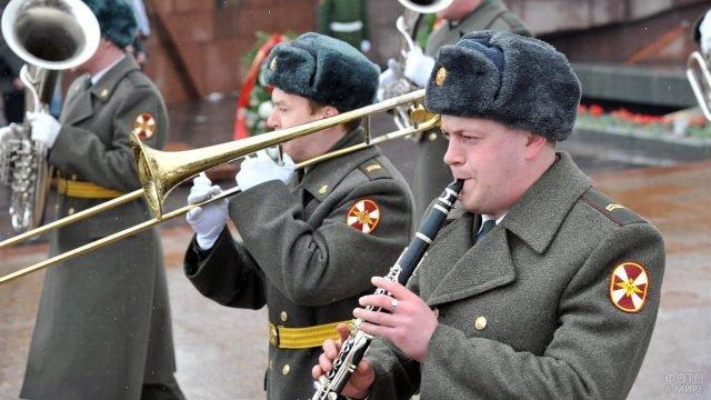 Участники духового оркестра на параде в честь 23 февраля