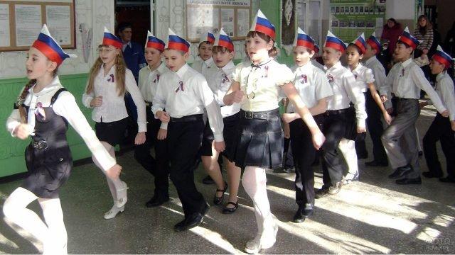 Ученики школы маршируют с песней на 23 февраля