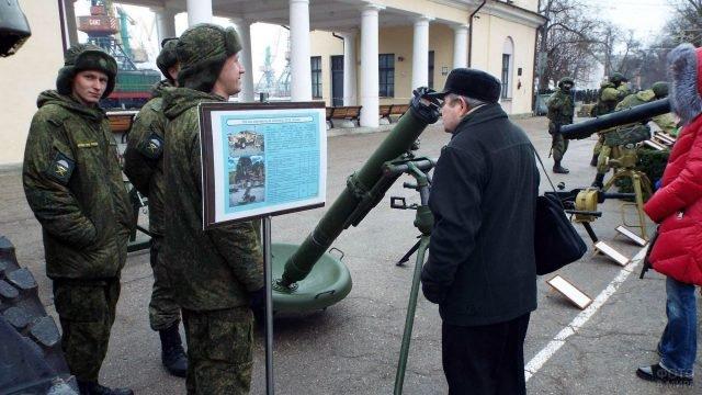 Уличная военная выставка 23 февраля в парке Феодосии