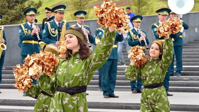 Выступление чирлидерш в камуфляже на 23 февраля в Казахстане