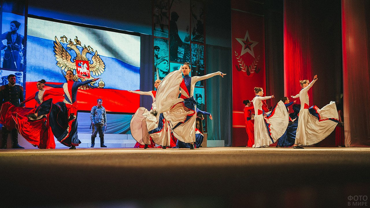 Выступление танцевального коллектива на сцене ДК в честь 23 февраля