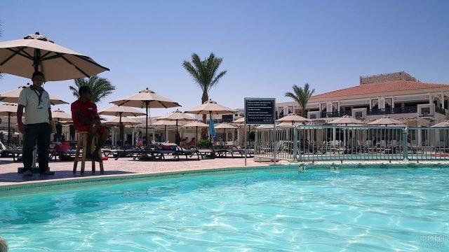Бассейн при пятизвёздочном отеле в Хургаде