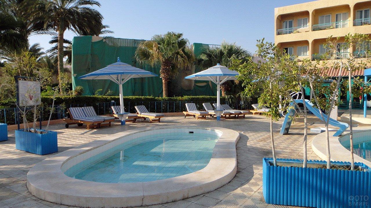 Бассейн во дворе четырёхзвёздочного отеля в Хургаде