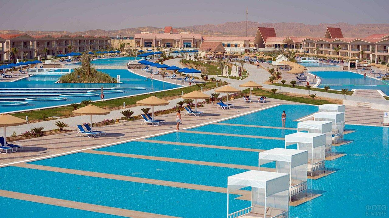 Бассейны на территории клуб-отеля в Марса-эль-Аламе