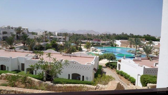 Белоснежные корпуса гостиничного комплекса в Шарм-Эль-Шейхе