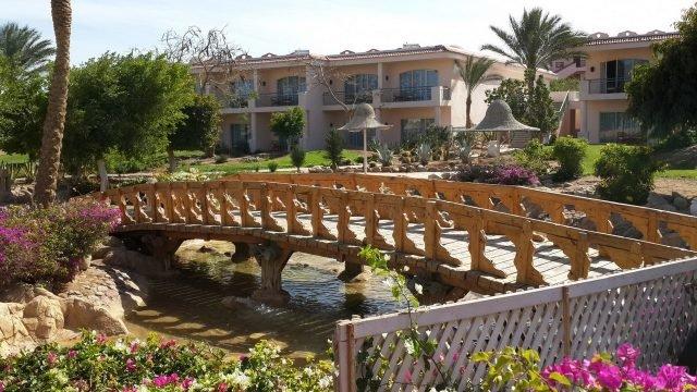 Деревянный мостик на территории курорта в Макади