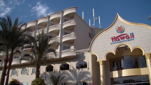 Фасад четырёхзвёздочного отеля в Хургаде