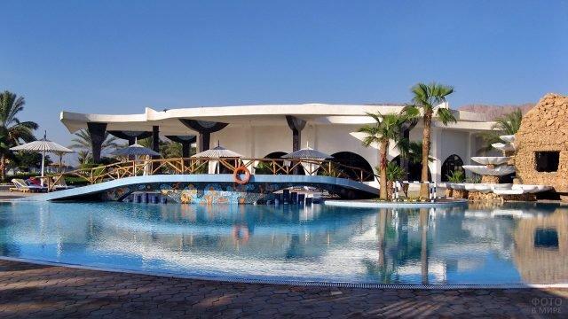 Мостик над бассейном при мини-отеле в Нувейбе
