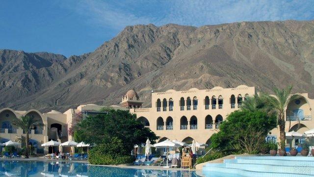 Отель на фоне гор в египетском курорте Таба
