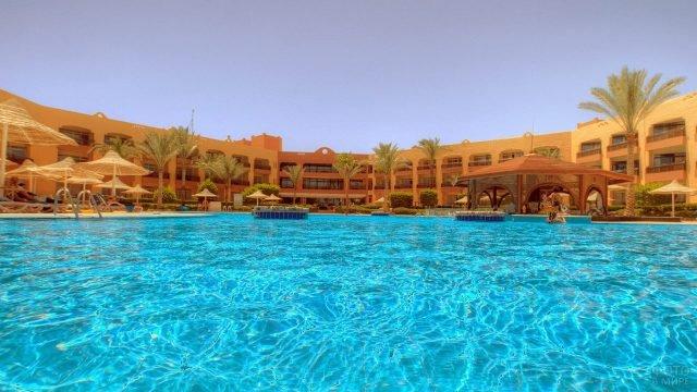 Отель вокруг бассейна в Шарм-Эль-Шейхе
