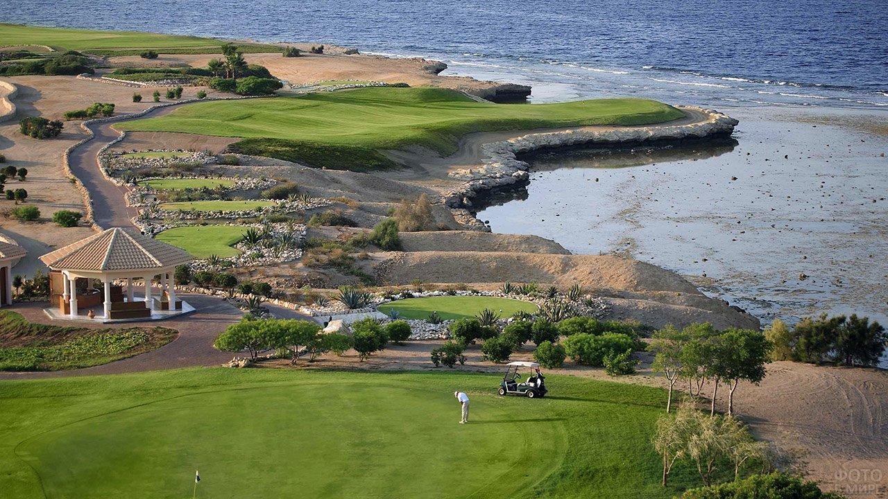 Поля прибрежного гольф-отеля в Сома-Бей