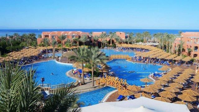 Территория клуб-отеля на берегу моря в Шарм-Эль-Шейхе