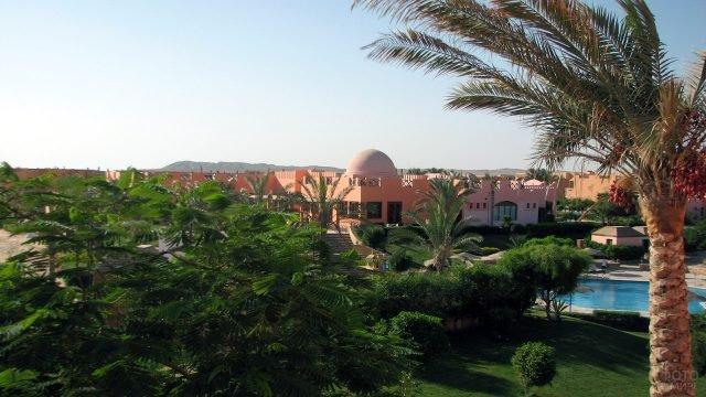 Вид на отель среди тропического парка в курорте Марса-эль-Алам