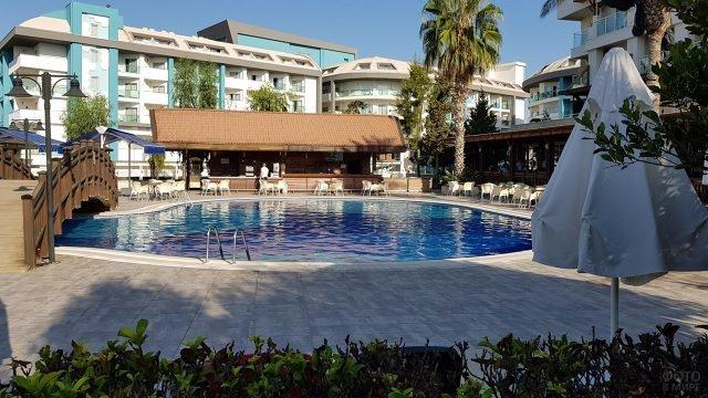 Бассейн, бар и корпуса отеля в Сиде