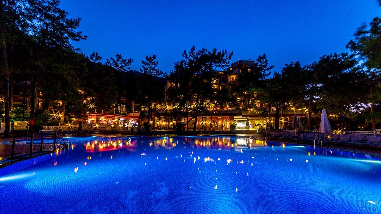 Бассейн на фоне вечерних огней клуб-отеля в Мармарисе