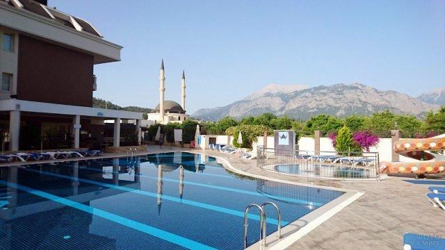 Бассейн у номера спа-отеля в Кемере с видом на горы
