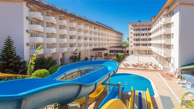 Горки в бассейне четырёхзвёздочного отеля в Анталии
