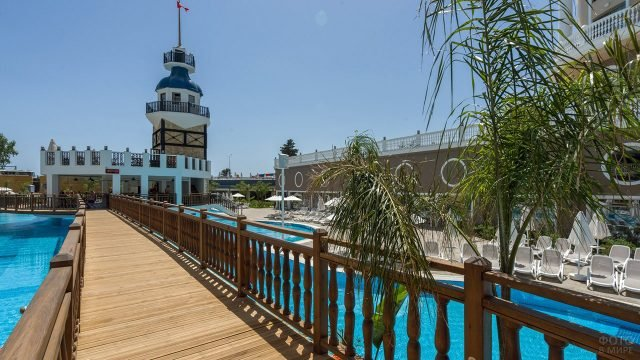 Мостик над бассейном в пятизвёдочном отеле в Аланье
