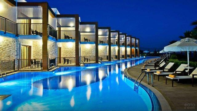 Номера отеля с индивидуальными лесенками в бассейн в вечернем Бодруме