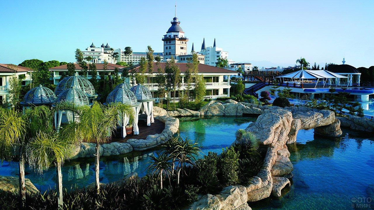 Роскошный бассейн при отеле в Анталии