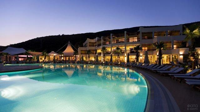 Шезлонги у бассейна при отеле в вечернем Бодруме