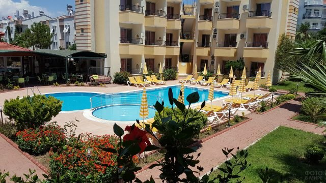 Территория трёхзвёздочного отеля в центре Сиде