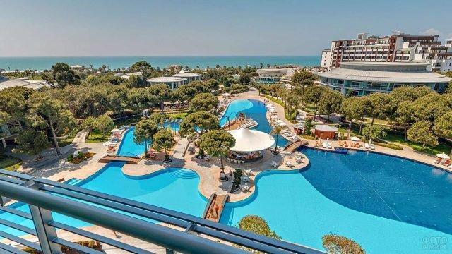 Территория турецкого отеля класса люкс