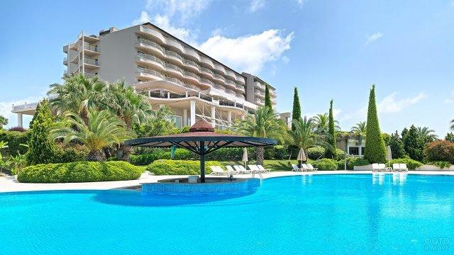 Тропическое оформление бассейна у отеля в Турции