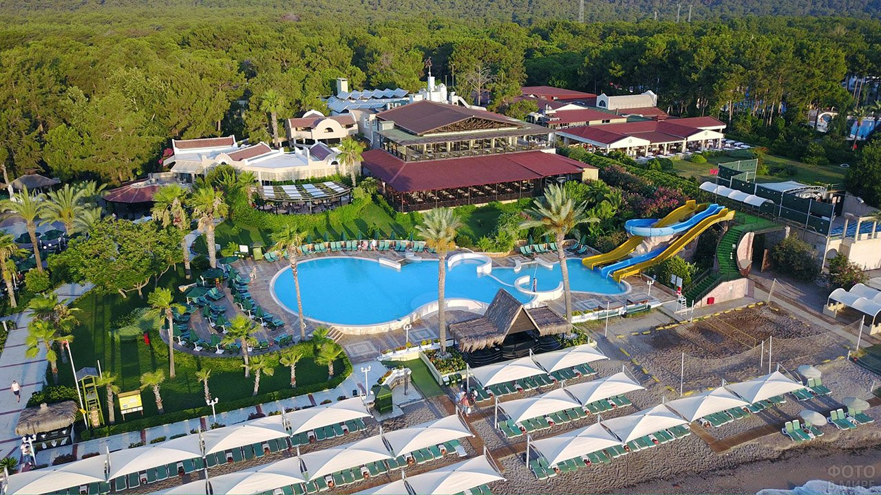 Вид с высоты птичьего полёта на территорию клуб-отеля в Кемере